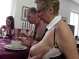 Versione Free - Mia madre organizza festini di sesso, tra amici e amiche vogliose….